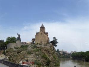 595. Tiflis. Iglesia de Metekhi y estatua del rey Vakhtang