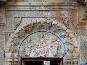992. Monasterio de Novarank. Santa Madre de Dios. Portal inferior. Tímpano