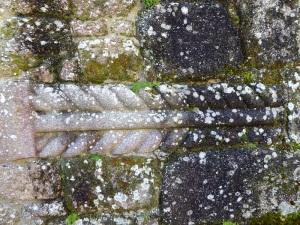 Pilastra empotrada en muro norte