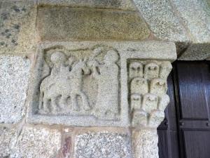 Sillar decorado que prolonga el capitel norte