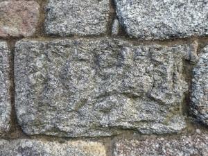 Sillar grabado en muro sur