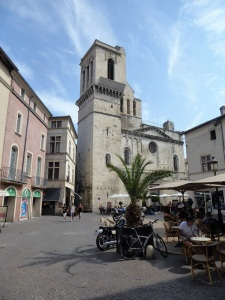 083-nimes-place-aux-herbes-y-catedral
