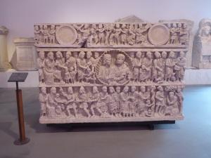 393-arles-museo-departamental-del-arles-antiguo-sarcofago-de-la-trinidad-o-de-los-esposos-1a-mitad-del-siglo-iv