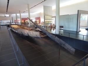 400-arles-museo-departamental-del-arles-antiguo-barco-de-fondo-plano