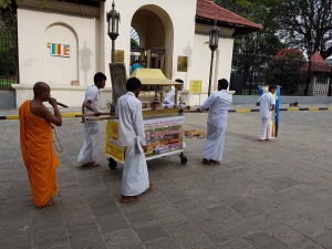 759-kandy-procesion-con-ofrendas-frente-al-templo-del-diente-de-buda