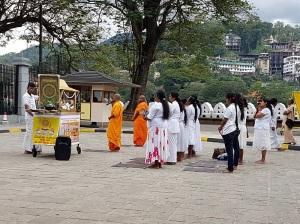 766-kandy-procesion-con-ofrendas-frente-al-templo-del-diente-de-buda