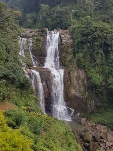 1165-de-kandy-a-nuwara-eliya-cascada-cercana-al-restaurante