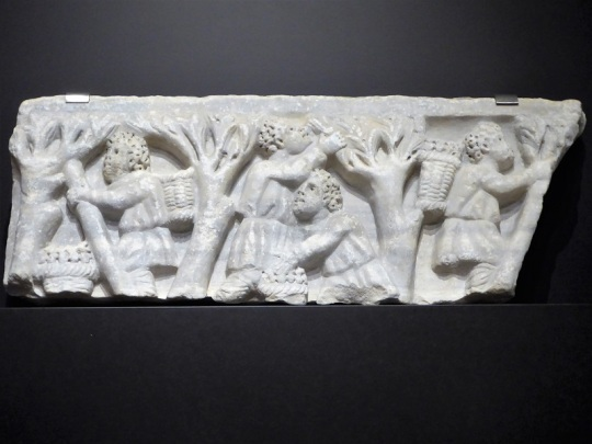 208-cordoba-museo-arqueologico-frente-de-sarcofago-con-escena-de-recogida-de-la-aceituna-marmol-romano-siglo-iii