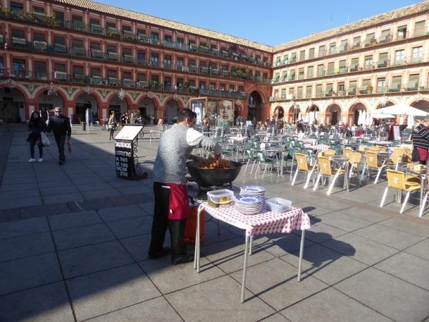 246-cordoba-plaza-de-la-corredera-preparando-migas