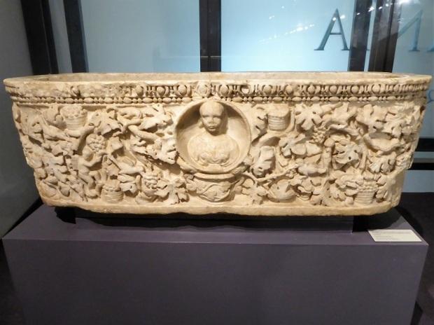 077-monasterio-de-los-jeronimos-museo-de-arqueologia-sarcofago-con-escena-de-vendimia-siglo-iii-procede-de-castanheira-do-ribatejo-vilafranca-de-xira-lisboa