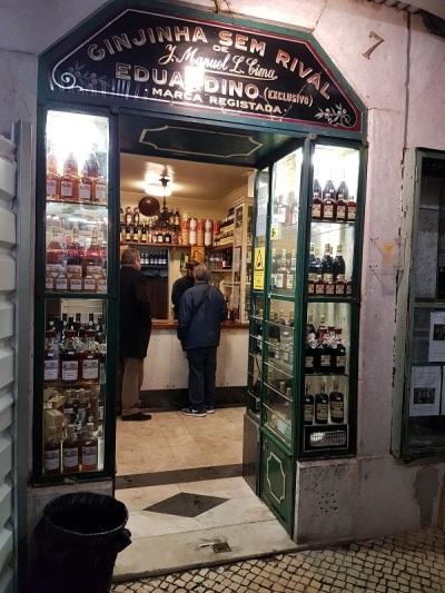 121-uno-de-los-locales-tradicionales-para-tomar-una-ginginha