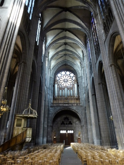018. Clermont-Ferrand. Catedral. Nave central hacia los pies