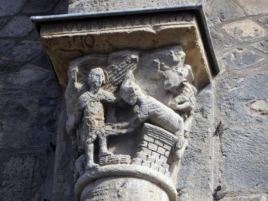 068. Clermont-Ferrand. Notre Dame du Port. Capitel en fachada sur. Sacrificio de Isaac