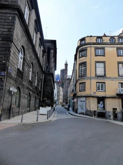 079. Clermont-Ferrand. Rue Ph. Marcombes. Al fondo la catedral