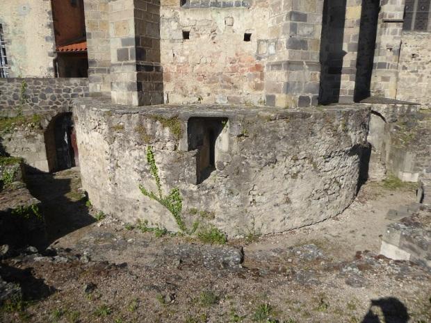 152. Restos cabecera románica.JPG