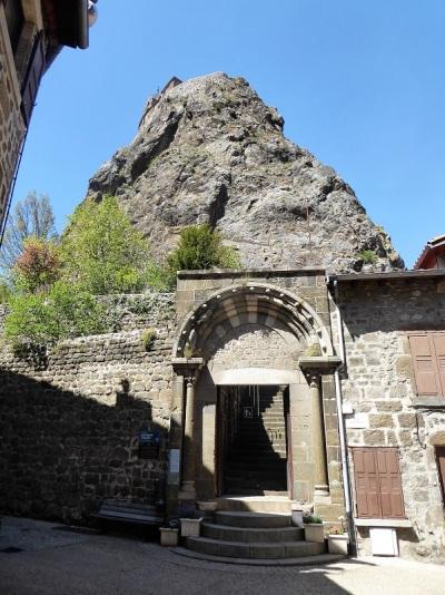 545. Le-Puy-en-Velay. Acceso a las escaleras de St-Michel-d'Aiguilhe