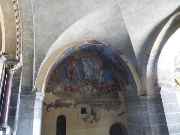 613. Le-Puy-en-Velay. Acceso a la catedral. La Virgen Madre. Pintura del XIII