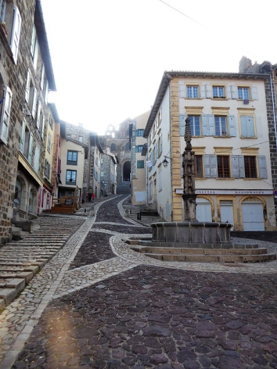 637. Le-Puy-en-Velay. Place des Tables