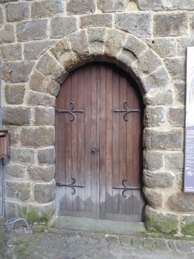 657. Le-Puy-en-Velay. Puerta de entrada al claustro
