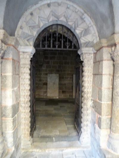668. Le-Puy-en-Velay. Claustro. Puerta de acceso a la sala capitular
