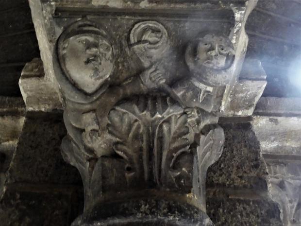 673. Le-Puy-en-Velay. Claustro. Galería oeste. Capitel. Abad y abadesa disputándose un báculo