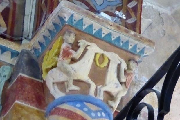 Capitel con hombres montando machos cabríos