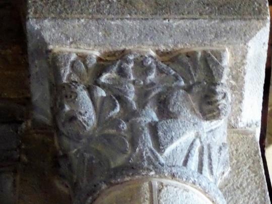 Capitel. Máscaras y motivos vegetales