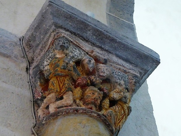 Capitel muro sur del transepto. Hombres llevando corderos