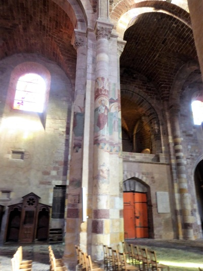 449. Brioude. St-Julien. Frescos en las columnas de lso pies