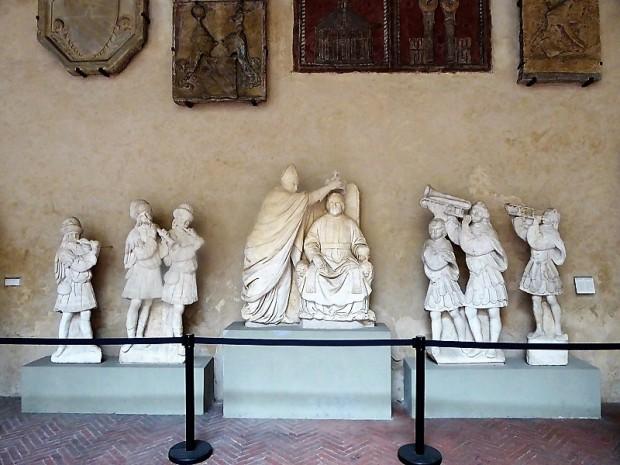 1001. Museo del Bargello. Coronación de Fernando I de Aragón y seis músicos. Benedetto da Maiano. 1490