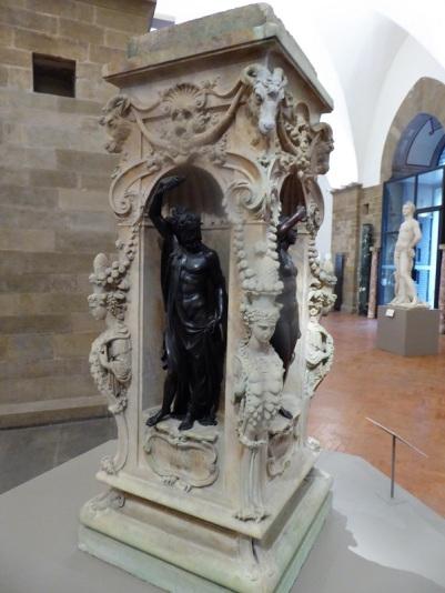 1014. Museo del Bargello. Base original del Perseo de Cellini