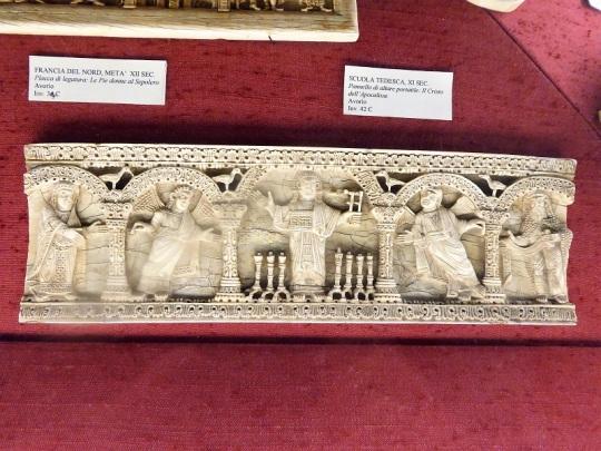 1029. Museo del Bargello. Panel de altar portátil. Marfil. XI