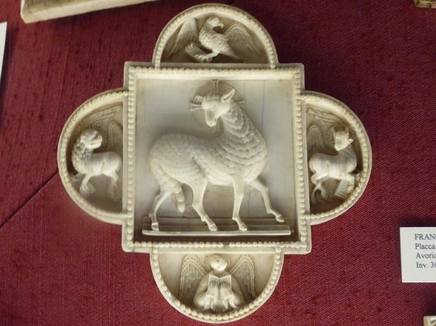1033. Museo del Bargello. Placa marfil. Agnus Dei entre los Evangelistas. Escuela renana. XI