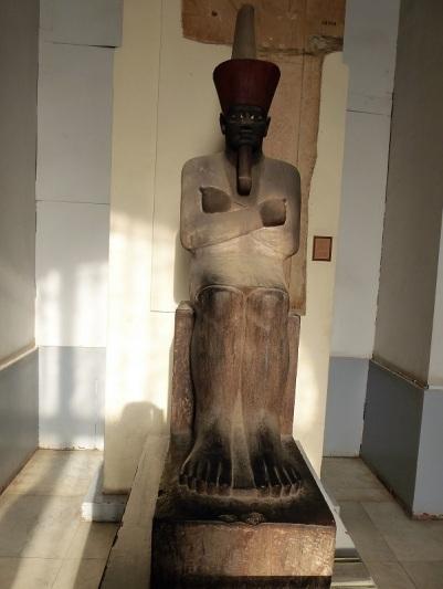 1171. Museo de Antigüedades. Escriba con las piernas cruzadas y un papiro sobre ellas