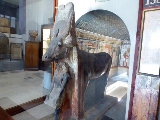 1180. Museo de Antigüedades. Capilla abovedada. Al fondo Tutmosis III hace una ofrenda