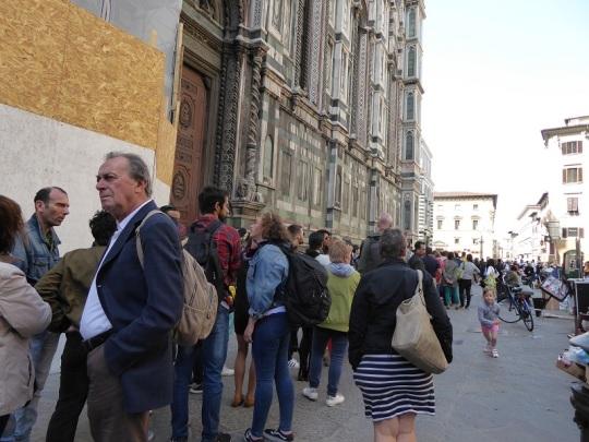 150. La siempre larga cola de acceso al Duomo.
