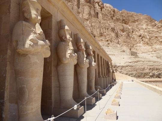 177. Templo de Hatshepsup. Columnata con estatuas de Osiris