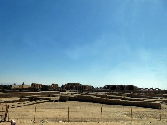 201. Regresando del templo de Hatshepsup. Los graneros de José