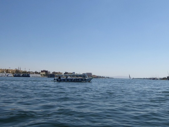221. Atravesando el Nilo en barca