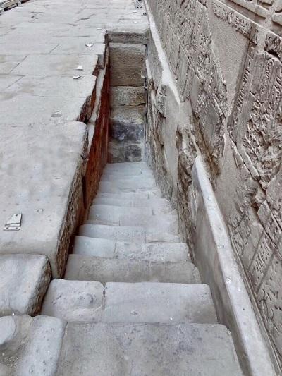 299. Edfu. Templo de Horus. Nilómetro
