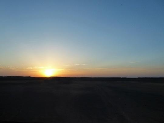 409. Camino a Abu Simbel. Amanecer en el desierto