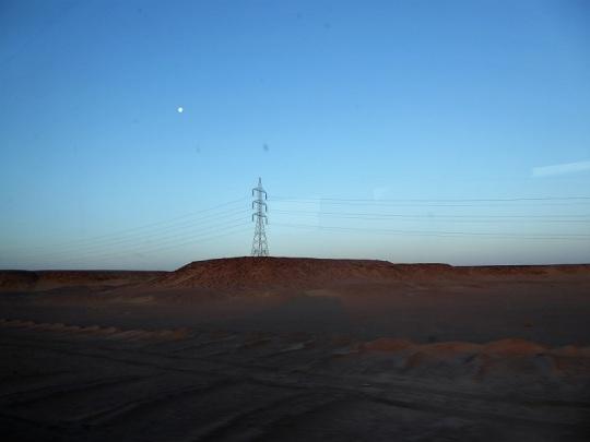 412. Camino a Abu Simbel. Amanecer en el desierto con la Luna