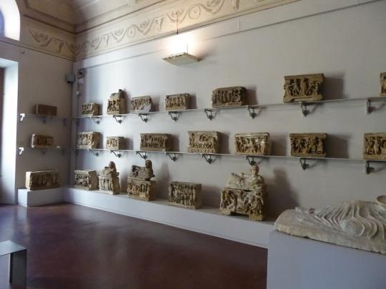 486. Museo arqueológico. Urnas etruscas