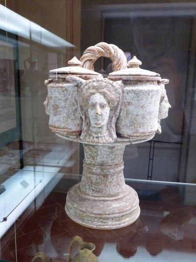 494c. Museo arqueológico. Kernos etrusco. De Orvieto. 350 a. C.