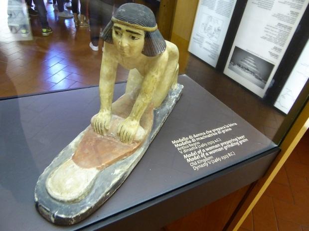 495. Museo arqueológico. Mujer moliendo el grano para hacer cerveza. V dinastía (2465-2323 a. C.)