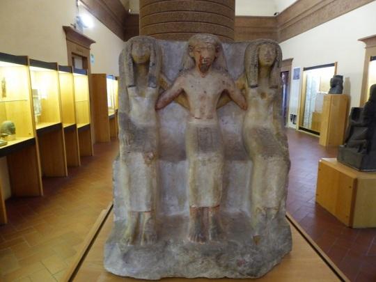 499. Museo arqueológico. Un escriba y sus dos mujeres. 1550-1291 a. C.