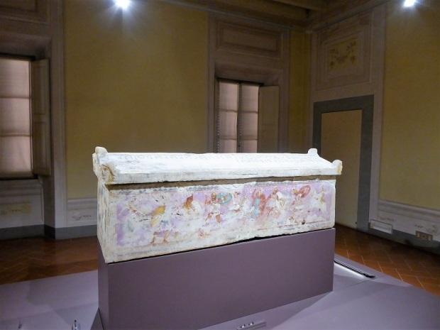 531. Museo arqueológico. Sarcófago de las Amazonas. Raro ejemplo de pintura al temple sobre mármol. IV a. C.