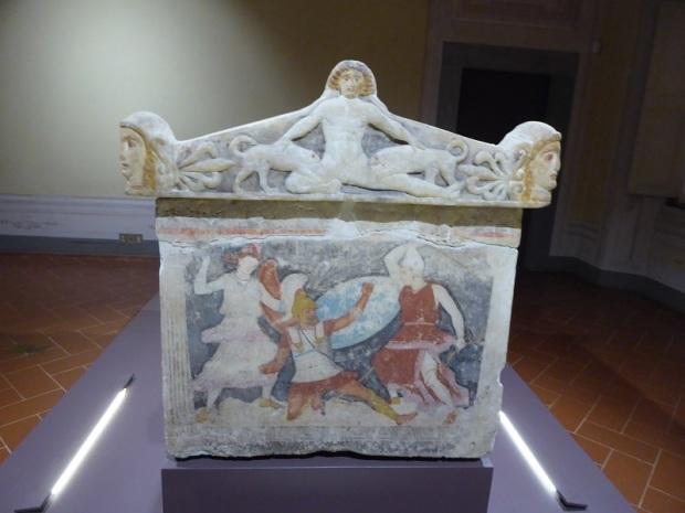 532. Museo arqueológico. Sarcófago de las Amazonas. Raro ejemplo de pintura al temple sobre mármol. IV a. C.