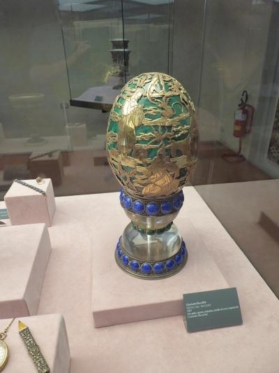 701. Palazzo Pitti. Tesoro de los Medici. Huevo del pecado. Oro, malaqiuita, cristal de roca y lapislátzuli. Gianmaria Buccellati