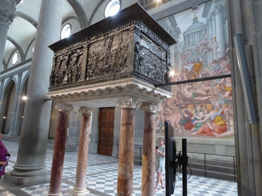 821. San Lorenzo. Púlpito del lado del evangelio. Donatello